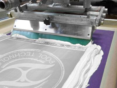 La racla inchiostra sulla tela