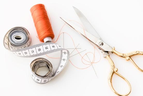 forbici, ago, filo e  metro per le divise sartoriali